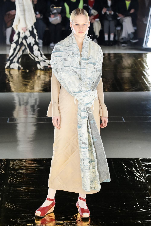 Malamute时装系列搭配一件带有象牙色斑点的冷肩黑色毛衣-11.jpg