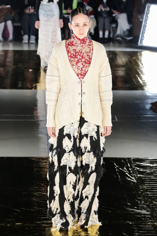 Malamute时装系列搭配一件带有象牙色斑点的冷肩黑色毛衣-12.jpg