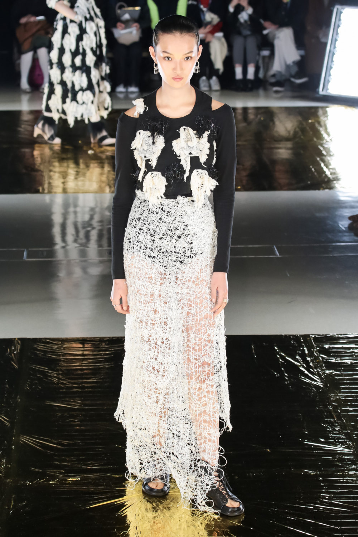 Malamute时装系列搭配一件带有象牙色斑点的冷肩黑色毛衣-13.jpg