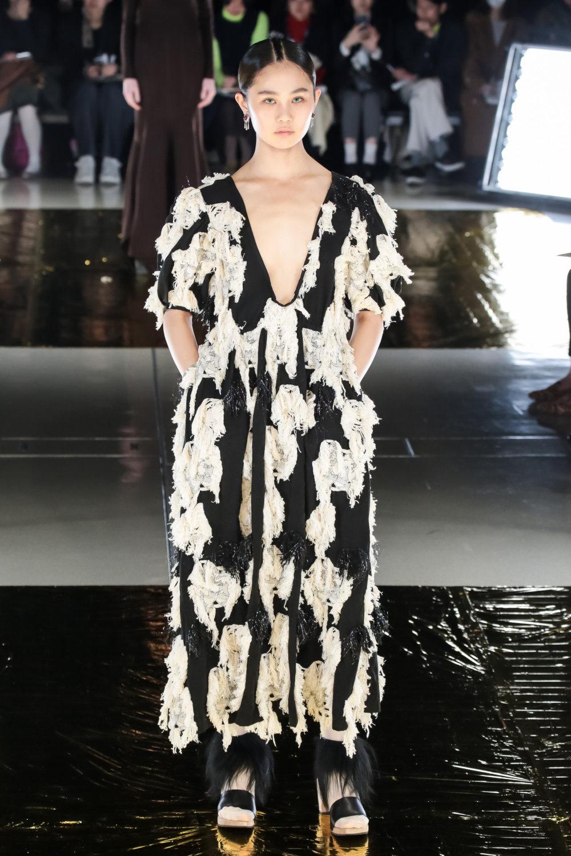 Malamute时装系列搭配一件带有象牙色斑点的冷肩黑色毛衣-14.jpg