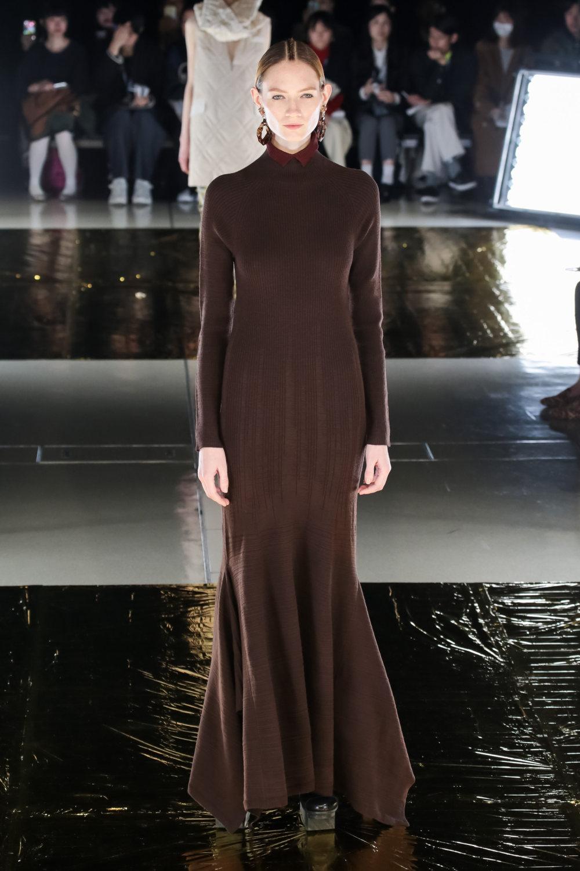 Malamute时装系列搭配一件带有象牙色斑点的冷肩黑色毛衣-15.jpg