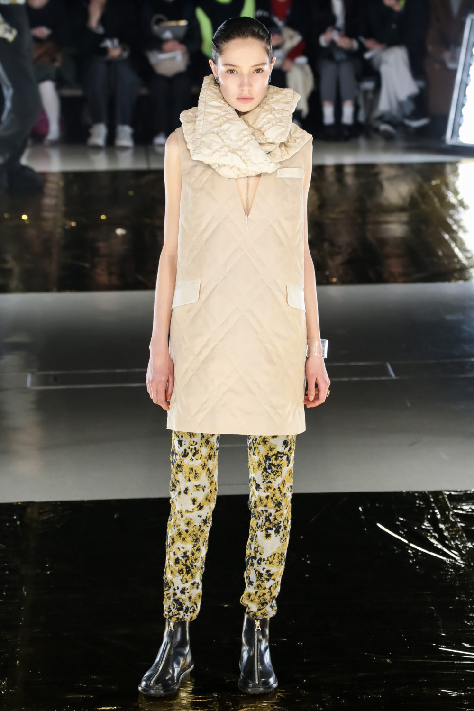 Malamute时装系列搭配一件带有象牙色斑点的冷肩黑色毛衣-16.jpg