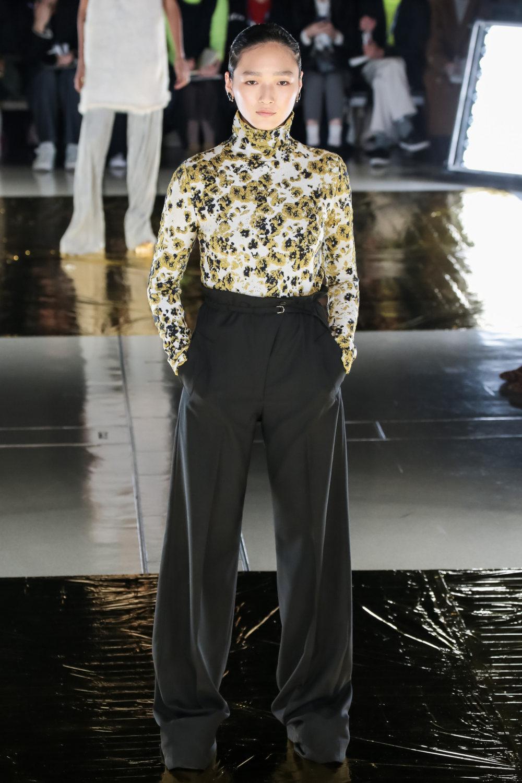 Malamute时装系列搭配一件带有象牙色斑点的冷肩黑色毛衣-17.jpg