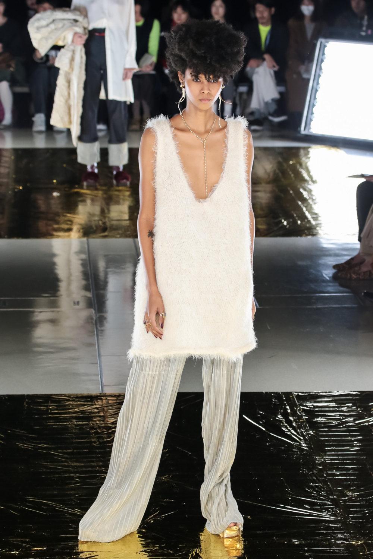 Malamute时装系列搭配一件带有象牙色斑点的冷肩黑色毛衣-18.jpg