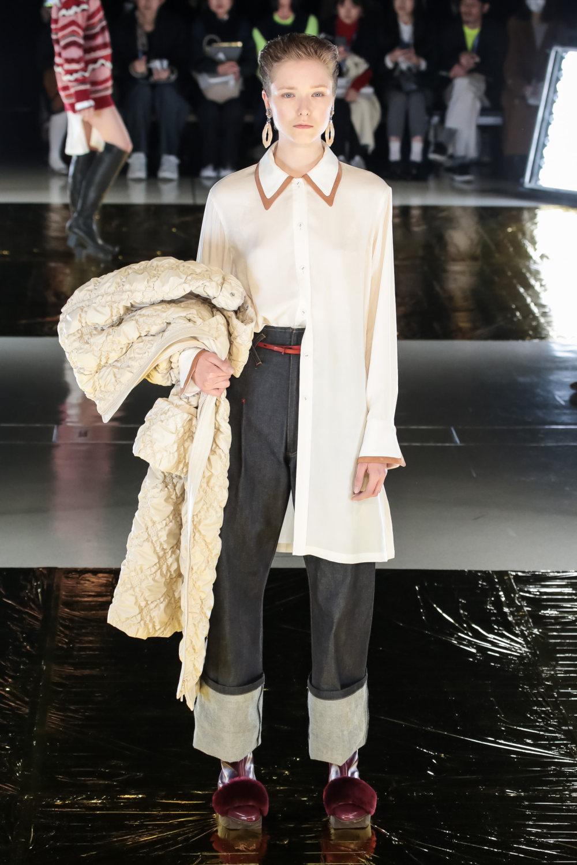 Malamute时装系列搭配一件带有象牙色斑点的冷肩黑色毛衣-19.jpg