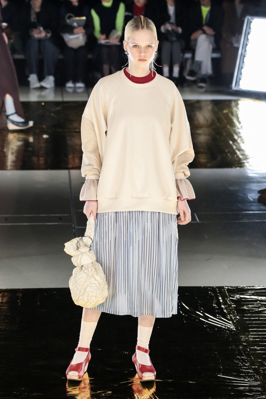 Malamute时装系列搭配一件带有象牙色斑点的冷肩黑色毛衣-22.jpg