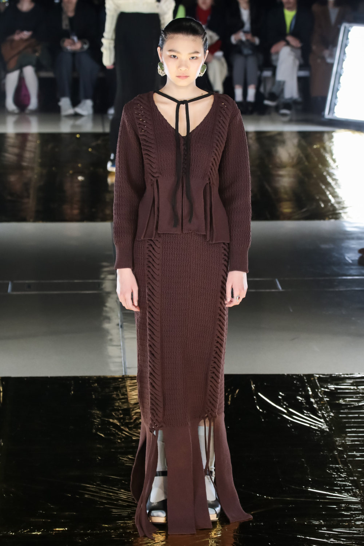 Malamute时装系列搭配一件带有象牙色斑点的冷肩黑色毛衣-23.jpg
