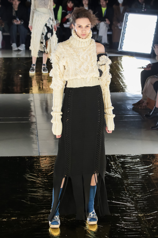Malamute时装系列搭配一件带有象牙色斑点的冷肩黑色毛衣-24.jpg