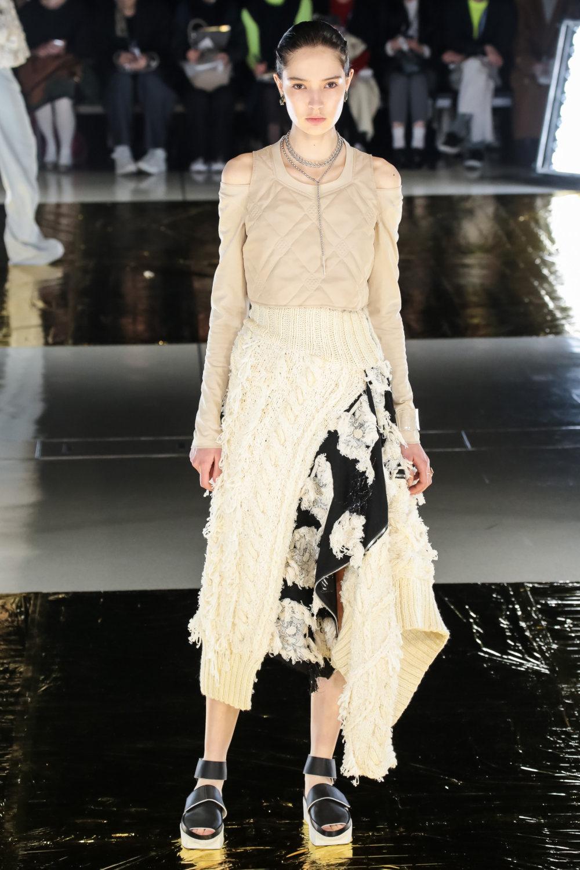 Malamute时装系列搭配一件带有象牙色斑点的冷肩黑色毛衣-25.jpg