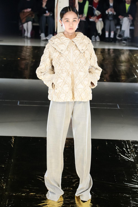 Malamute时装系列搭配一件带有象牙色斑点的冷肩黑色毛衣-26.jpg