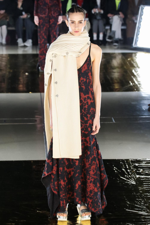 Malamute时装系列搭配一件带有象牙色斑点的冷肩黑色毛衣-27.jpg