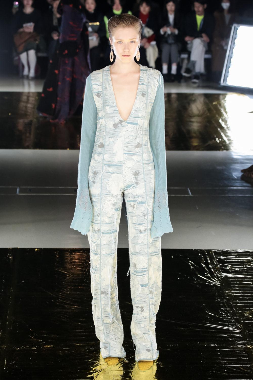 Malamute时装系列搭配一件带有象牙色斑点的冷肩黑色毛衣-29.jpg