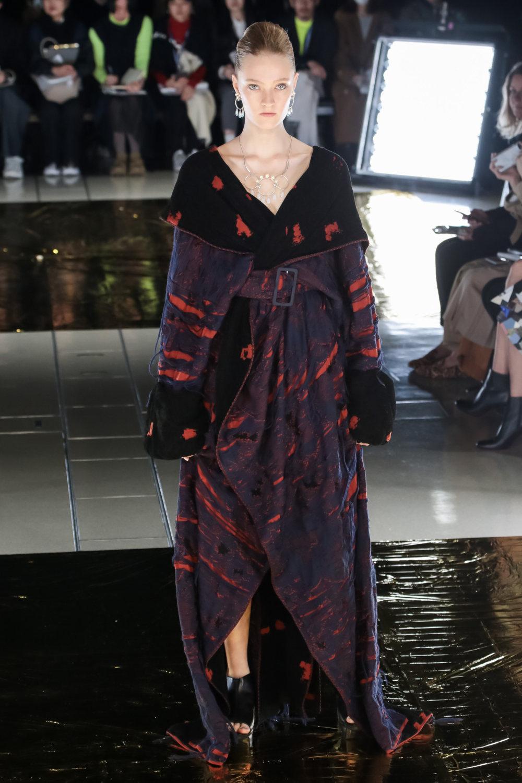 Malamute时装系列搭配一件带有象牙色斑点的冷肩黑色毛衣-30.jpg
