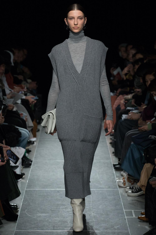 Postelegant时装系列被精美地切割成与身体一起移动的面料-4.jpg