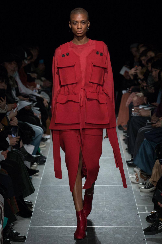 Postelegant时装系列被精美地切割成与身体一起移动的面料-5.jpg