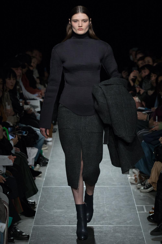 Postelegant时装系列被精美地切割成与身体一起移动的面料-7.jpg