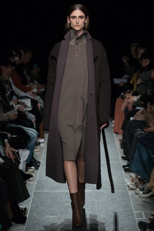 Postelegant时装系列被精美地切割成与身体一起移动的面料-16.jpg