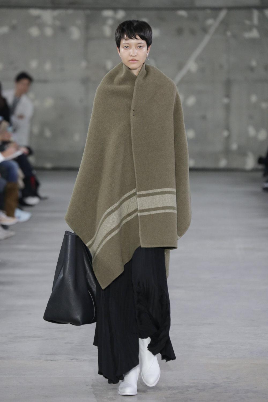 Hyke时装系列展示了奢华的外衣还有精美的垂褶连衣裙和不对称针织-3.jpg