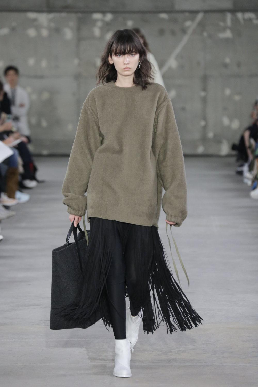 Hyke时装系列展示了奢华的外衣还有精美的垂褶连衣裙和不对称针织-5.jpg
