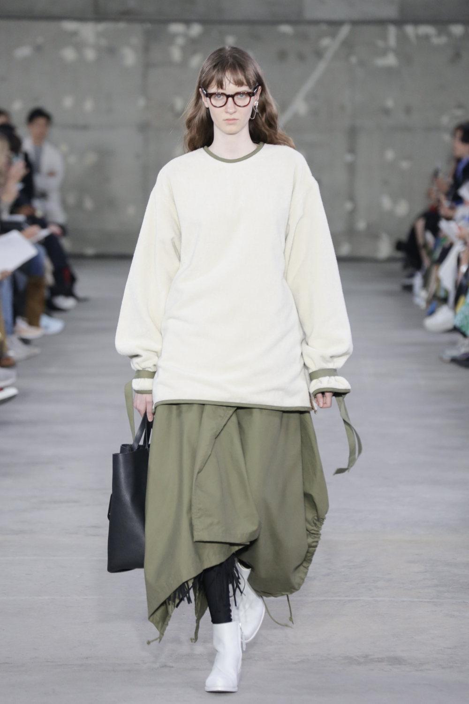 Hyke时装系列展示了奢华的外衣还有精美的垂褶连衣裙和不对称针织-6.jpg