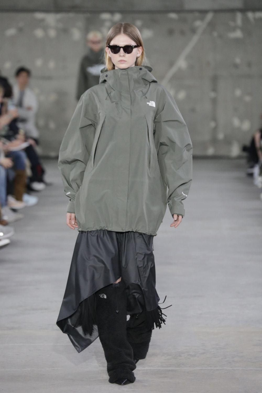 Hyke时装系列展示了奢华的外衣还有精美的垂褶连衣裙和不对称针织-9.jpg