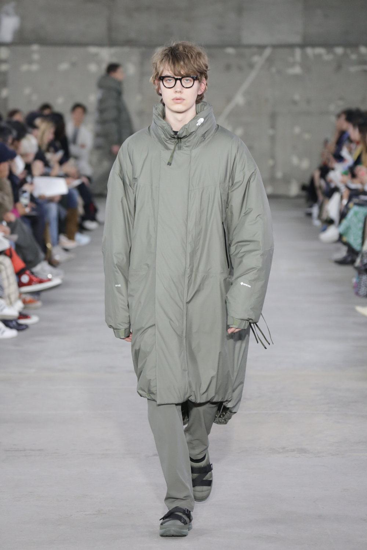 Hyke时装系列展示了奢华的外衣还有精美的垂褶连衣裙和不对称针织-12.jpg