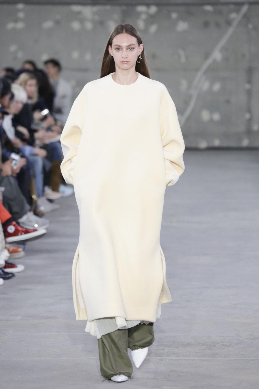 Hyke时装系列展示了奢华的外衣还有精美的垂褶连衣裙和不对称针织-14.jpg
