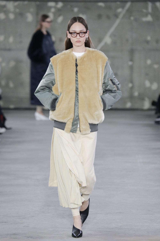 Hyke时装系列展示了奢华的外衣还有精美的垂褶连衣裙和不对称针织-15.jpg