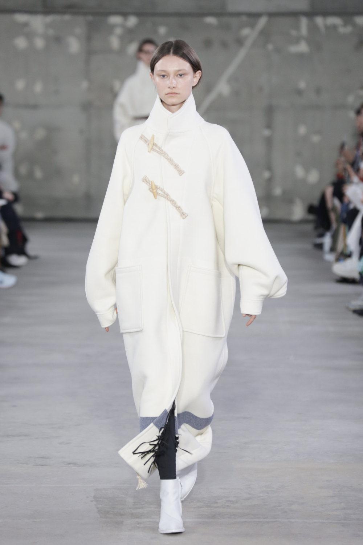 Hyke时装系列展示了奢华的外衣还有精美的垂褶连衣裙和不对称针织-18.jpg