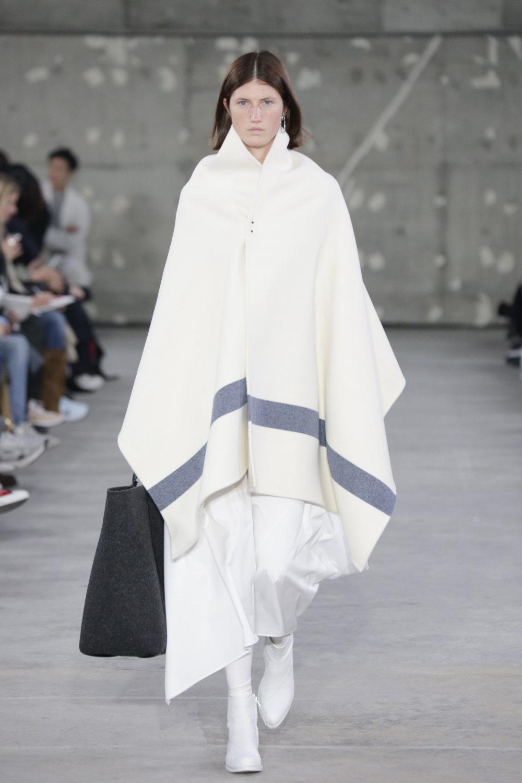 Hyke时装系列展示了奢华的外衣还有精美的垂褶连衣裙和不对称针织-20.jpg