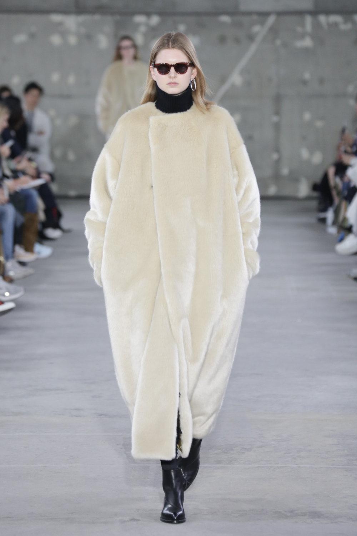 Hyke时装系列展示了奢华的外衣还有精美的垂褶连衣裙和不对称针织-21.jpg