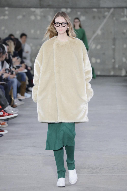 Hyke时装系列展示了奢华的外衣还有精美的垂褶连衣裙和不对称针织-22.jpg
