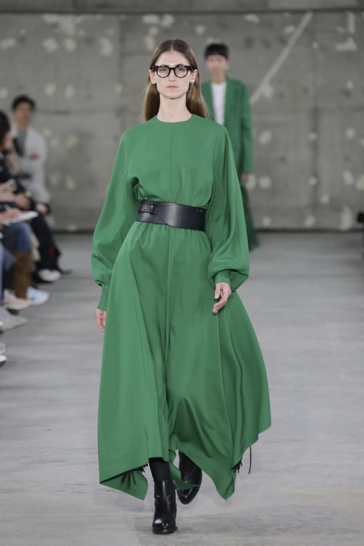 Hyke时装系列展示了奢华的外衣还有精美的垂褶连衣裙和不对称针织-23.jpg
