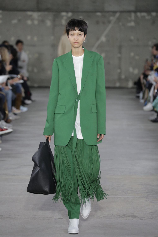 Hyke时装系列展示了奢华的外衣还有精美的垂褶连衣裙和不对称针织-24.jpg