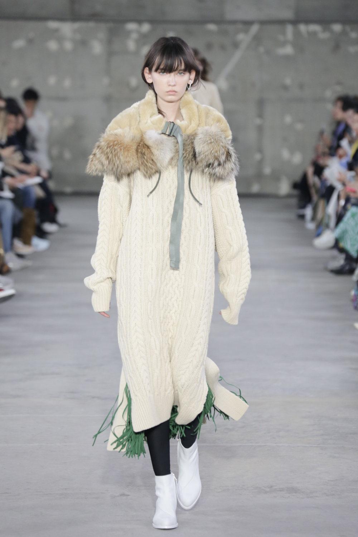 Hyke时装系列展示了奢华的外衣还有精美的垂褶连衣裙和不对称针织-26.jpg