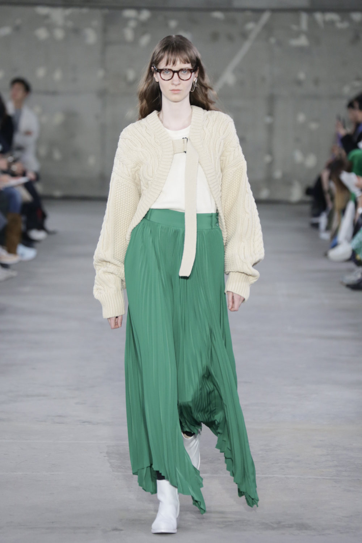 Hyke时装系列展示了奢华的外衣还有精美的垂褶连衣裙和不对称针织-27.jpg