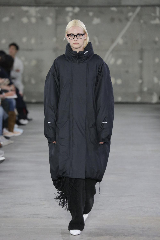Hyke时装系列展示了奢华的外衣还有精美的垂褶连衣裙和不对称针织-32.jpg