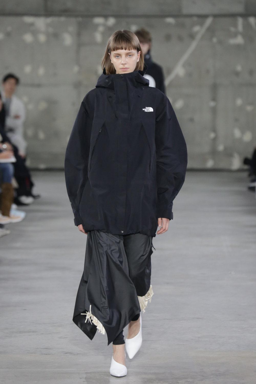 Hyke时装系列展示了奢华的外衣还有精美的垂褶连衣裙和不对称针织-33.jpg