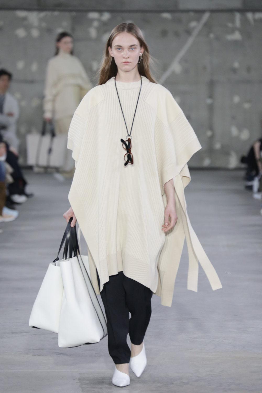 Hyke时装系列展示了奢华的外衣还有精美的垂褶连衣裙和不对称针织-39.jpg