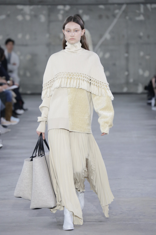 Hyke时装系列展示了奢华的外衣还有精美的垂褶连衣裙和不对称针织-40.jpg