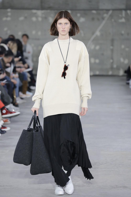 Hyke时装系列展示了奢华的外衣还有精美的垂褶连衣裙和不对称针织-41.jpg