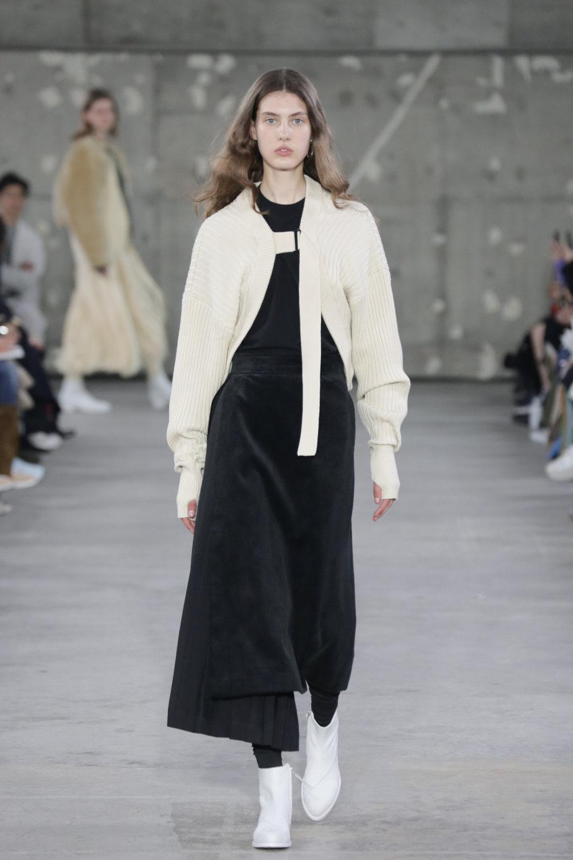 Hyke时装系列展示了奢华的外衣还有精美的垂褶连衣裙和不对称针织-42.jpg