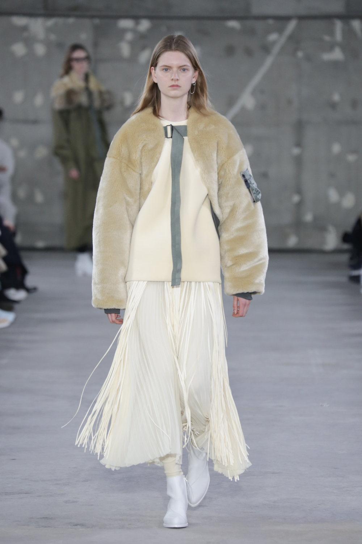 Hyke时装系列展示了奢华的外衣还有精美的垂褶连衣裙和不对称针织-43.jpg