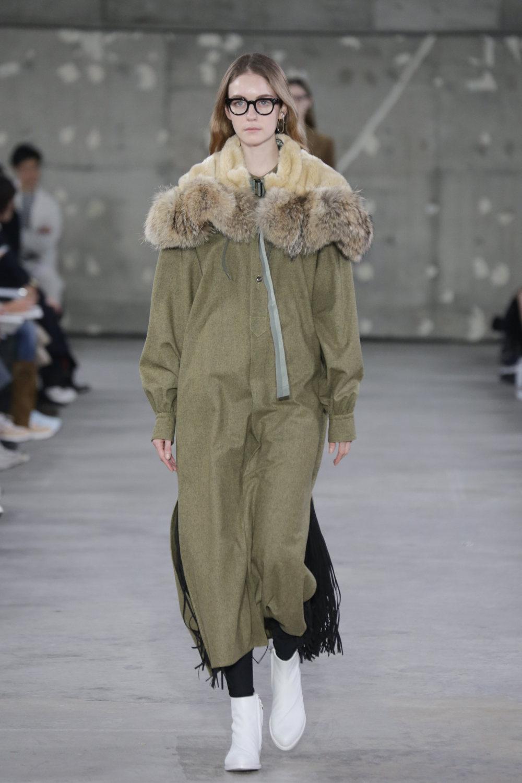 Hyke时装系列展示了奢华的外衣还有精美的垂褶连衣裙和不对称针织-44.jpg