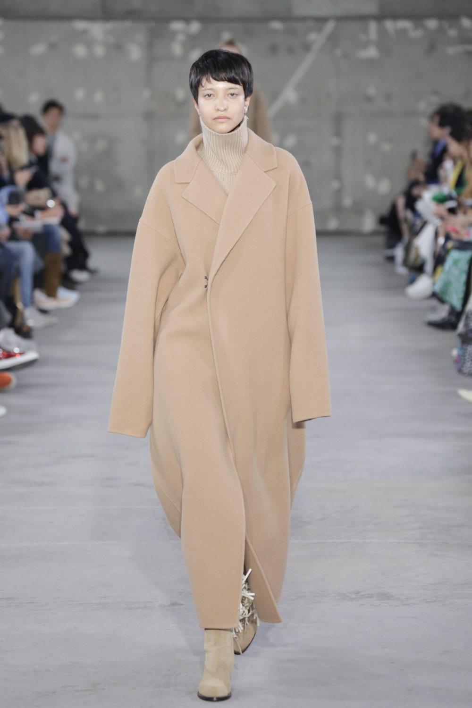 Hyke时装系列展示了奢华的外衣还有精美的垂褶连衣裙和不对称针织-46.jpg