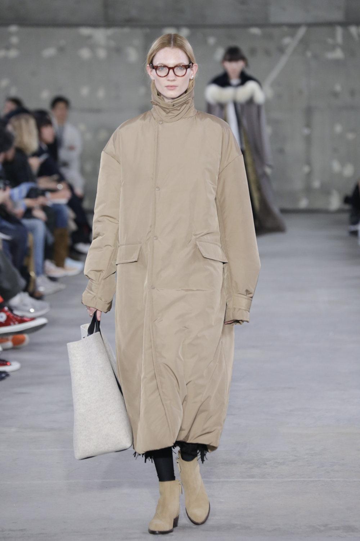 Hyke时装系列展示了奢华的外衣还有精美的垂褶连衣裙和不对称针织-47.jpg