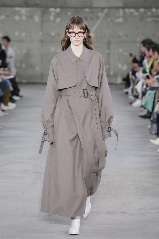 Hyke时装系列展示了奢华的外衣还有精美的垂褶连衣裙和不对称针织-49.jpg