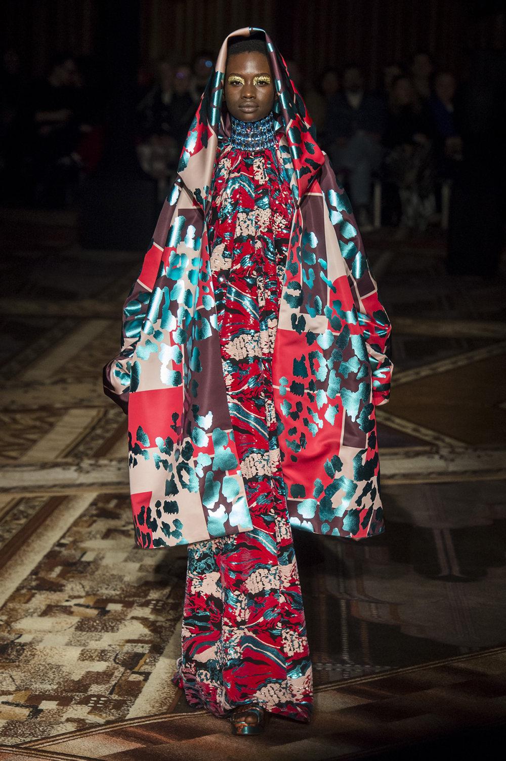 Halpern时装系列将幻想印花应用于宽大的缎面外套展示垂褶技巧-1.jpg