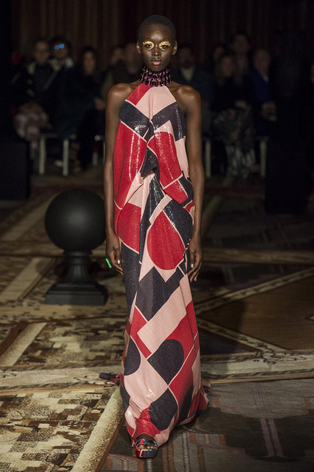 Halpern时装系列将幻想印花应用于宽大的缎面外套展示垂褶技巧-2.jpg