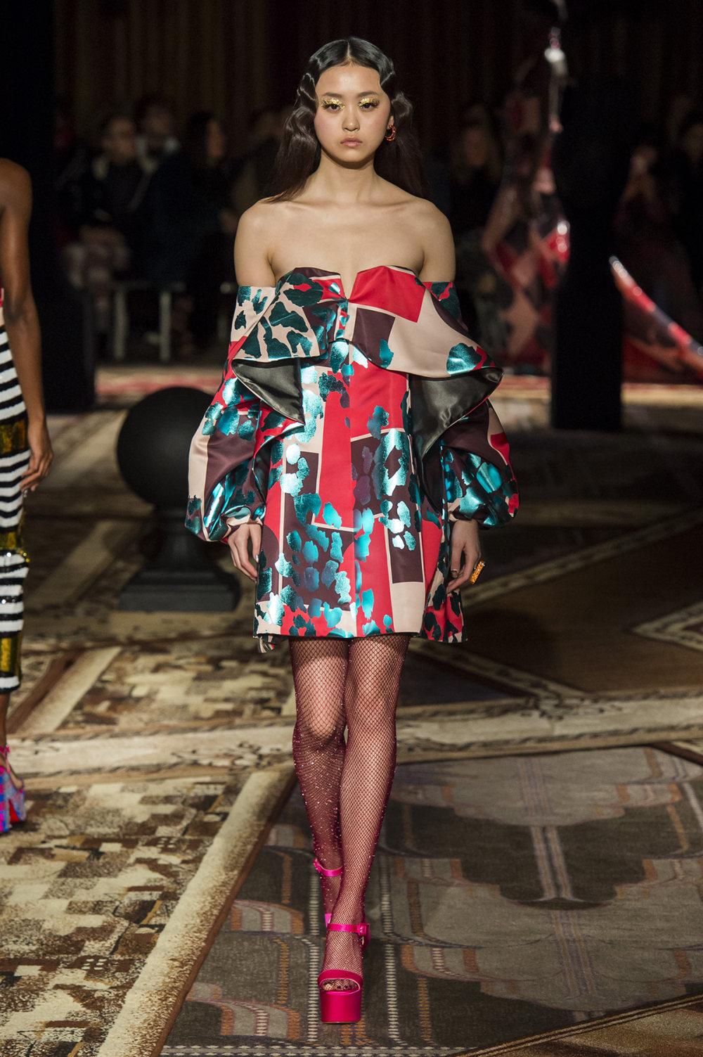 Halpern时装系列将幻想印花应用于宽大的缎面外套展示垂褶技巧-5.jpg